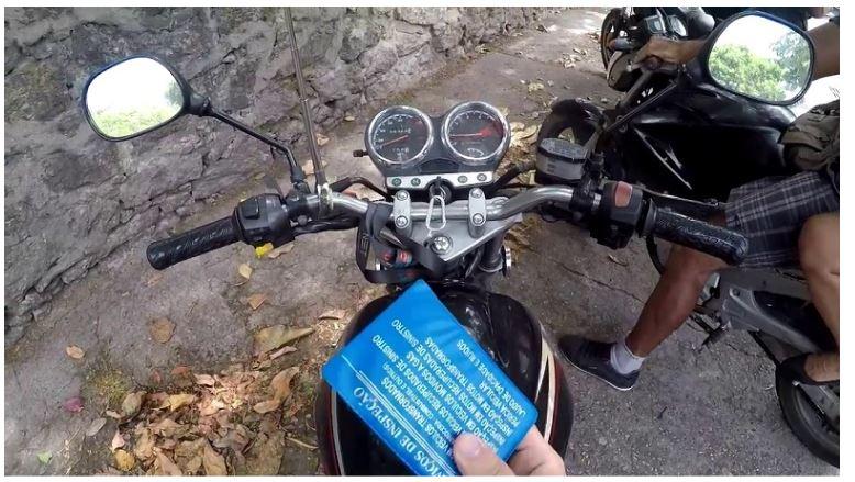 Comprar moto com IPVA atrasado vale a pena?